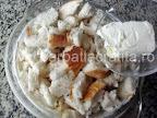 Budinca de paine preparare reteta - punem bucati de unt in compozitia cu lapte