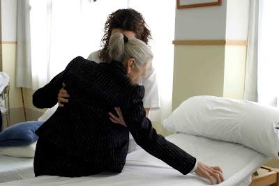 imagen archivo. una cidadora ayuda a una persona mayor