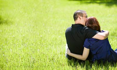 ما الذي يتوقعه كل رجل من حبيبته او زوجته - رجل يحضن امرأة حبيبته زوجته - man-and-woman-hugging