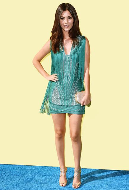 Tại Teen Choice Awards 2015, mỹ nữ sinh năm 1993 diện váy mini đính tua rua hiện đại của hãng Herve Leger do Max Azria thiết kế, bổ sung sandal Jimmy Choo và clutch ánh kim Amanda Pearl.