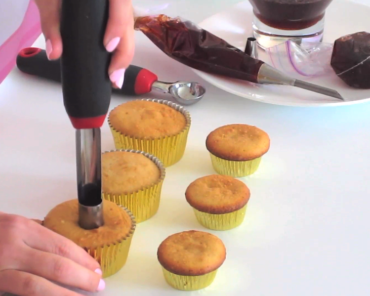 {VIDEO} Tips & Tricks For How To Fill Your Cupcakes ...