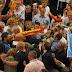 Militantes del PP agreden a miembros de la PAH en el mitin de Rajoy en Barcelona
