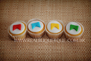 Cupcake junino decorado com bandeirinhas e pasta americana