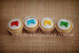 Cupcake junino decorado com bandeirinhas e pasta americana