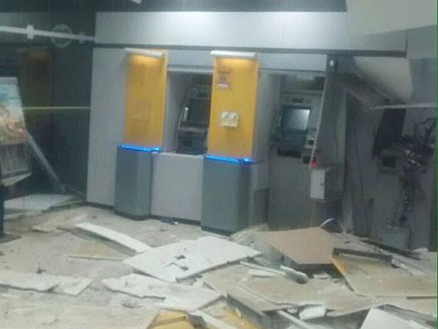 Agência ficou parcialmente destruída após explosões (Foto: Leandro Alves / BahianaMídia.Com)