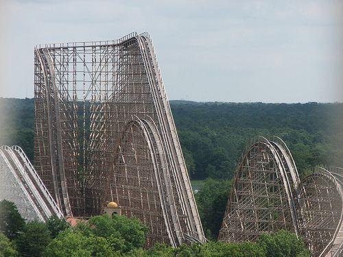 Edan! Roller Coaster Kayu ini Punya Turunan Paling Maut Sedunia!