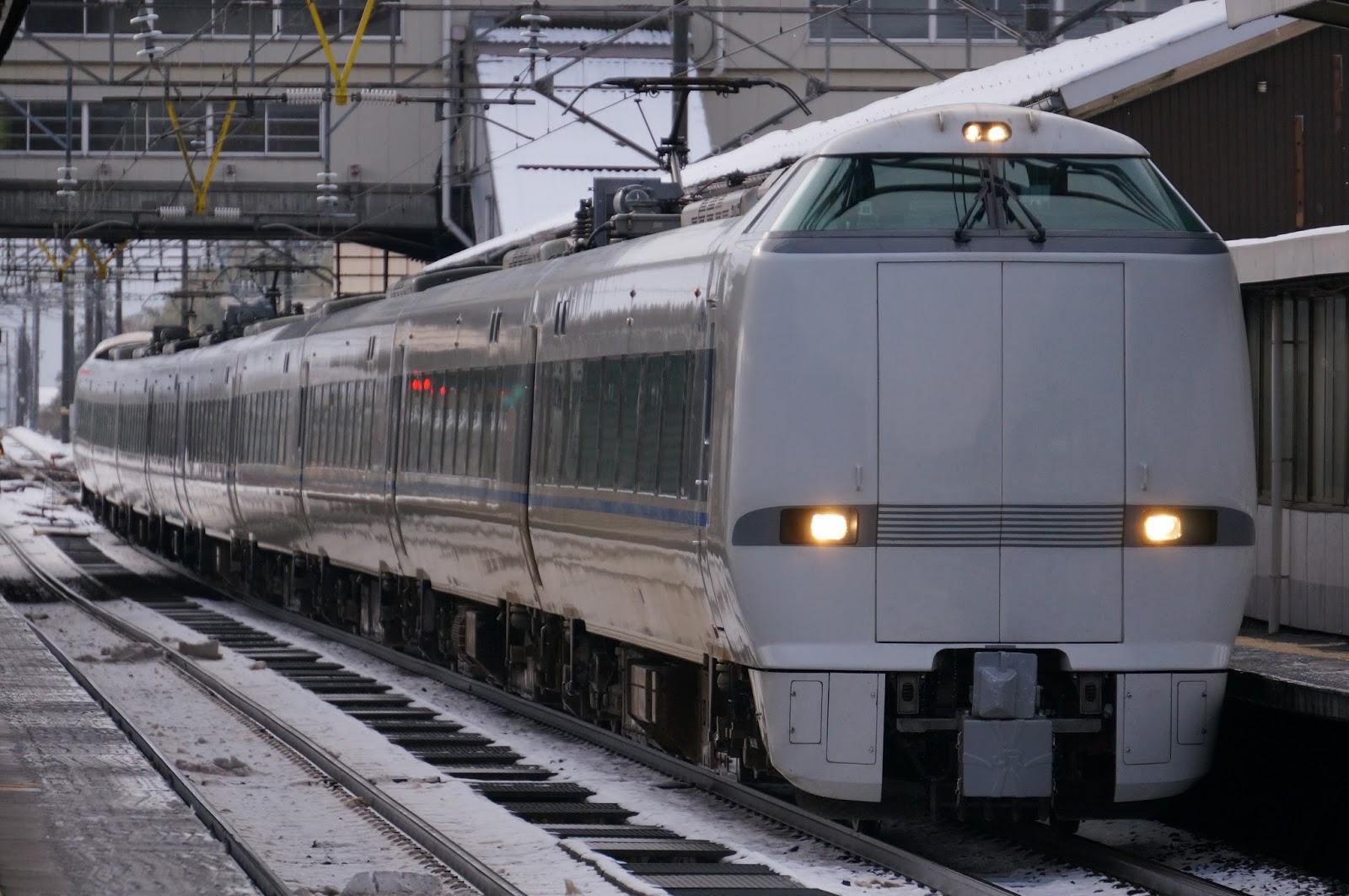 北陸線芦原温泉駅に停車する683系特急サンダーバード