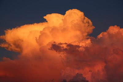 as nuvens parecem labaredas de fogo