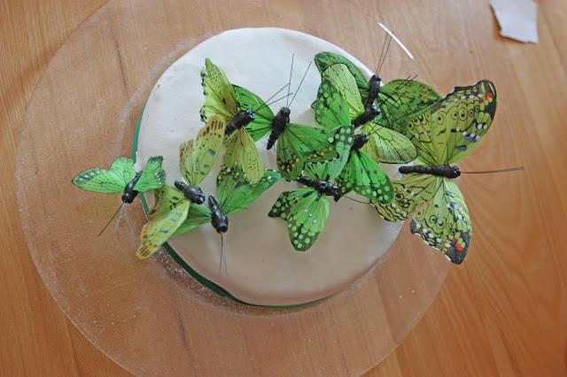 Glutenfreie Mini-Hochzeitstorte mit grünen Schmetterlingen
