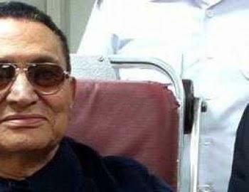 """""""مبارك"""" يلوح بيده لتحية أنصاره المتجمعين أمام مستشفى المعادى العسكرى"""