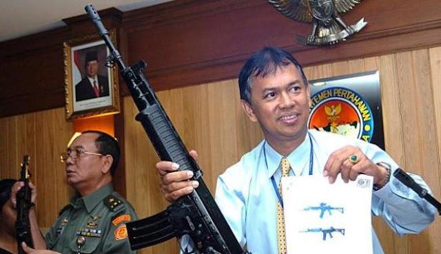 Direktur Pindad, Adik A Soedarson (kanan) memegang senjata buatan Pindad