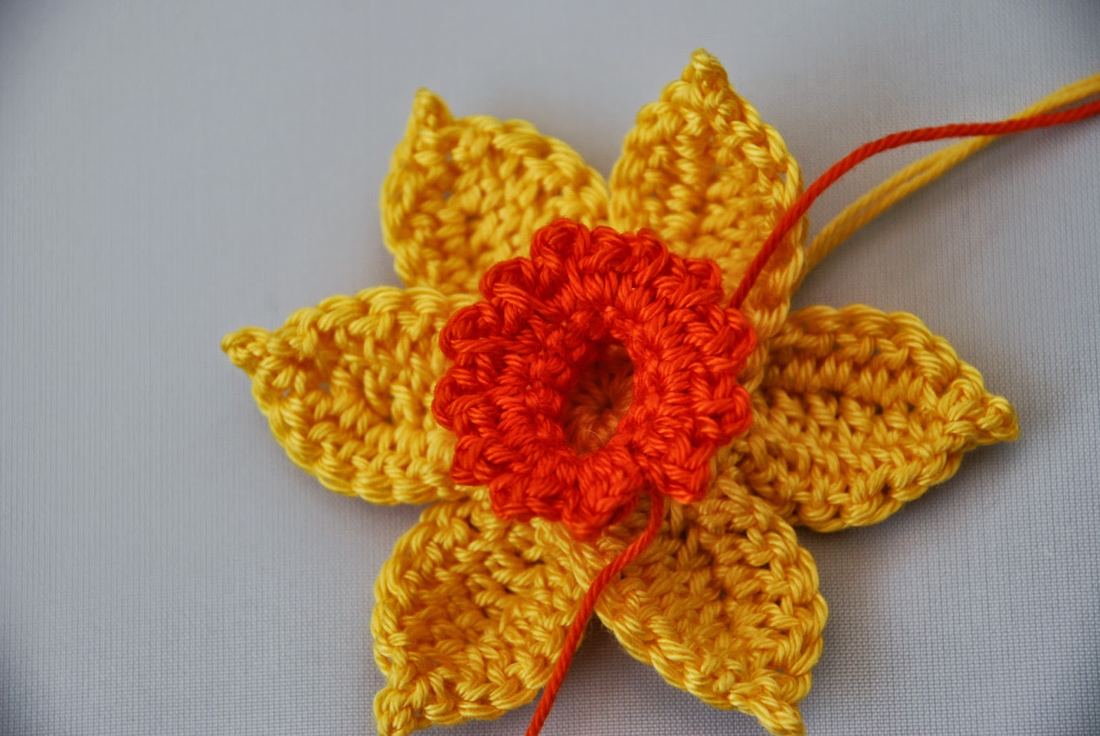 Crochet Daffodil pattern and tutorial: image of frilly edge complete