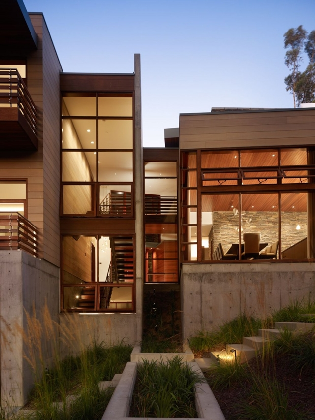 Contemporary facade of the Mandeville Canyon Residence