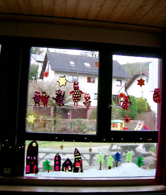 Fensterdeko im Kindergarten, Fensterbild mit Eulen, Basteln ohne Schablonen, Fensterdekoration im Herbst, Fensterdeko im Winter, Zwergendorf, Fensterbild basteln, Fensterbild Waldorfkindergarten