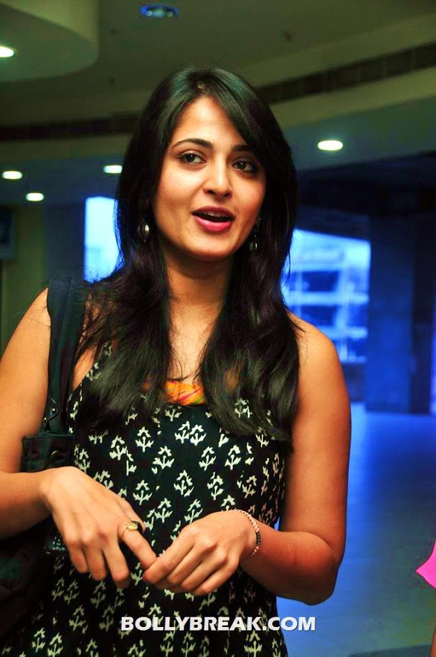 Aushka wearing a black top - (4) - Anushka photos in various outfits