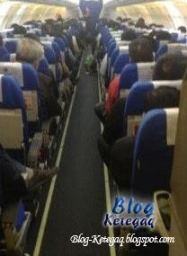 Anak dibiarkan buang air besar atas lantai kapal terbang