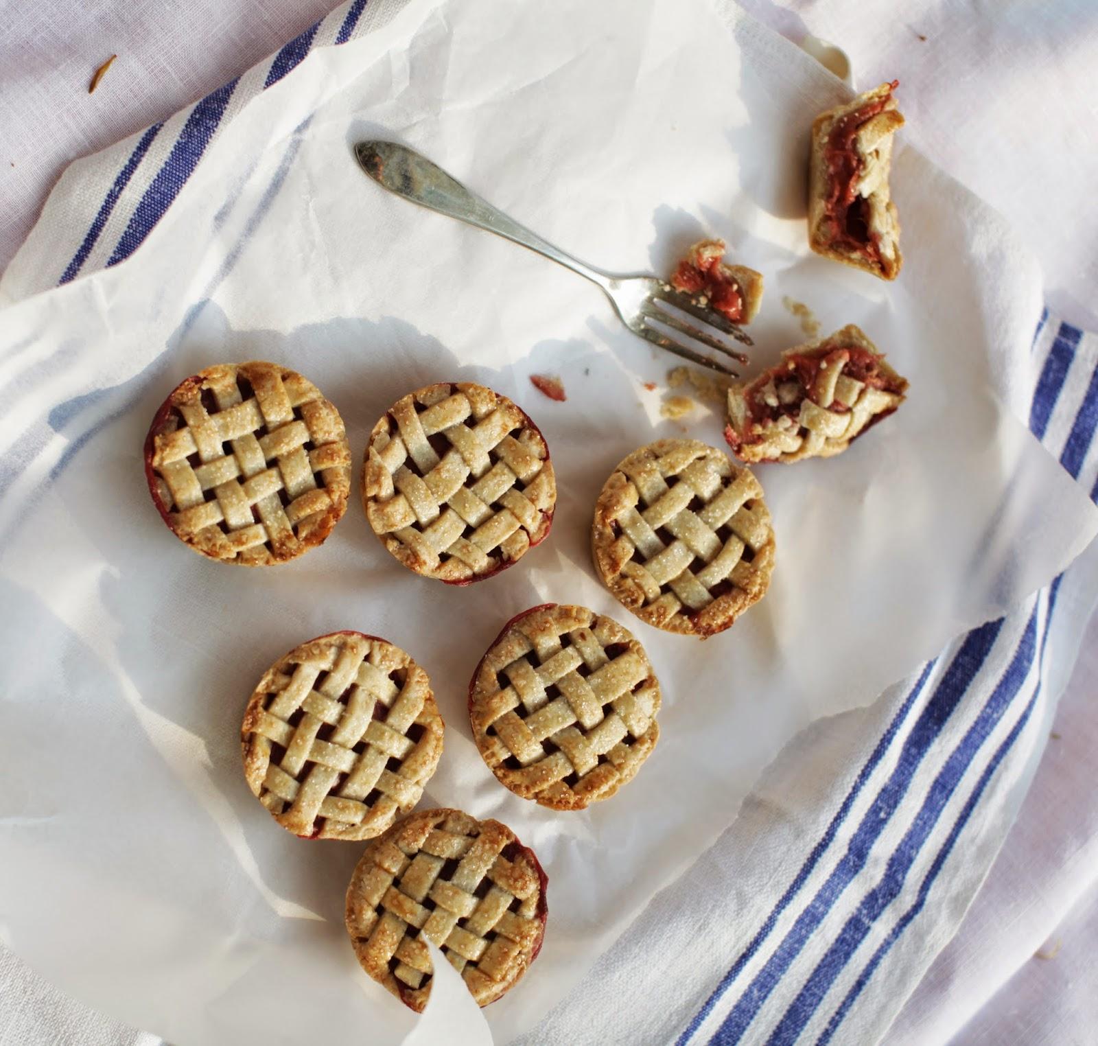 http://our-favorite-apple-pie.blogspot.com/2014/06/babeczki-rabarbarowo-truskawkowe.html