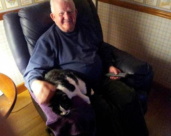 foto keakraban kakek dan kucing cucunya