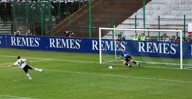 Jakub Wawrzyniak strzela gola z rzutu karnego - fot. Tomasz Janus / sportnaukowo.pl