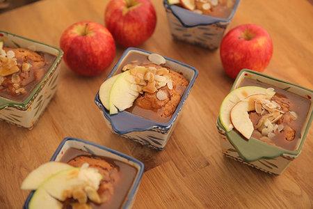 صورة كيك التفاح بالكراميل - مطبخ منال العالم