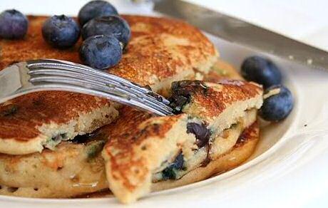 Pannenkoeken bakken stap voor stap foto's: meng bloem, bakpoeder, vanillesuiker en zout. Meng melk met ei en gesmolten boter. Klop tot beslag en bak kleine, dikke pannenkoekjes in een gietijzeren pan. Serveer met verse bosbessen en esdoornsiroop.