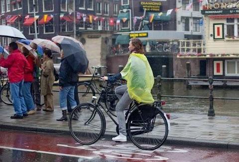 Bersepeda di waktu hujan gerimis