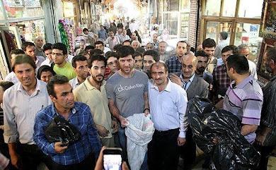 جمعآوری کمکهای نقدی برای زلزله زدگان در بازار تبریزتوسط کریم باقری
