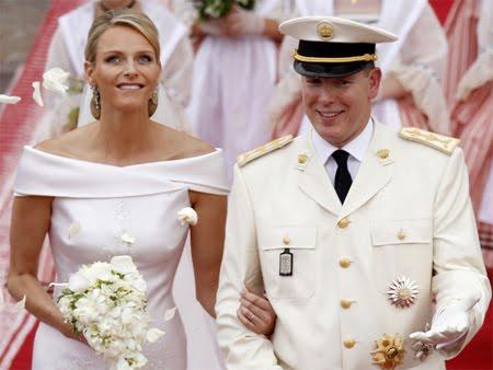 князът и княгинята на Монако под дъж от розови листенца