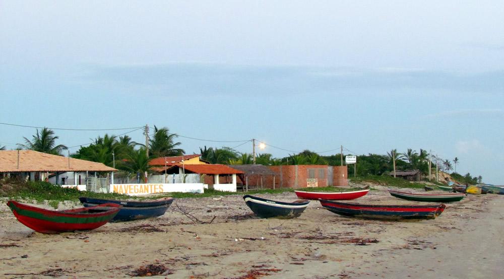 41 – As canoas, além de servirem para pescar, dão um charme todo especial às praias de Tutóia (Foto: Sérgio Ramos em 07/2011).