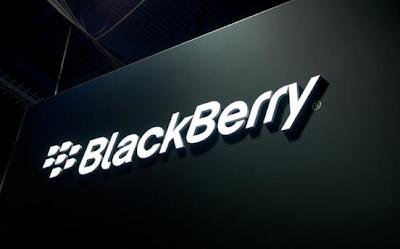 El fabricante canadiense de teléfonos avanzados BlackBerry Ltd está recortando empleos en todo el mundo, dijo la compañía el viernes, mientras consolida sus negocios de software, hardware y aplicaciones. La empresa no especificó cuántos empleados serán afectados. BlackBerry, que reportó una caída de un 16,8 por ciento de sus ingresos trimestrales en marzo, tenía alrededor de 6.225 empleados a tiempo completo hasta febrero de 2015, según su sitio web. La compañía está reasignando recursos para capitalizar oportunidades de crecimiento y lograr rentabilidad en todos sus segmentos de negocios, afirmó una portavoz en un comunicado enviado por correo electrónico. La firma