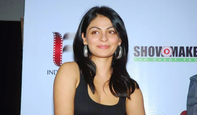 neeru bajwa hot cleavage pics