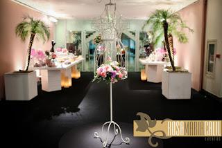 paredes forradas, manequim, mesa doce, velas, vidros rosa, arranjo floral