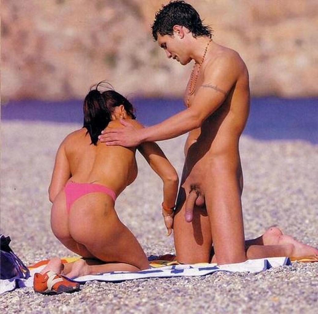Голые на пляже парни и девушки