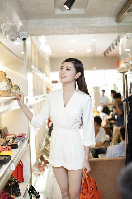 Không ít người chú ý khi thấy Á hậu xách túi hàng hiệu màu cam nổi bật. Được biết, cô mới tậu phụ kiện này với giá 17.000 USD, khoảng 350 triệu đồng.