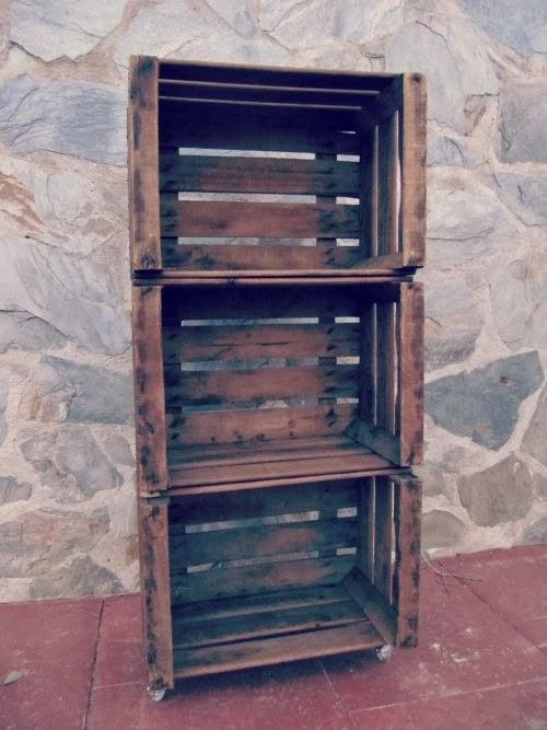 estanteria con cajas de madera para fruta