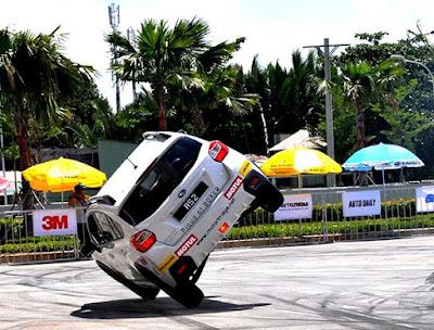 Subaru Russ Swift Stunt 2015 trở lại trung tâm thương mại SC VivoCity