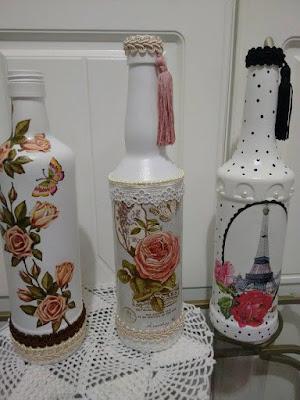 Garrafa de vidro com decoupagem por Rosa Cancian