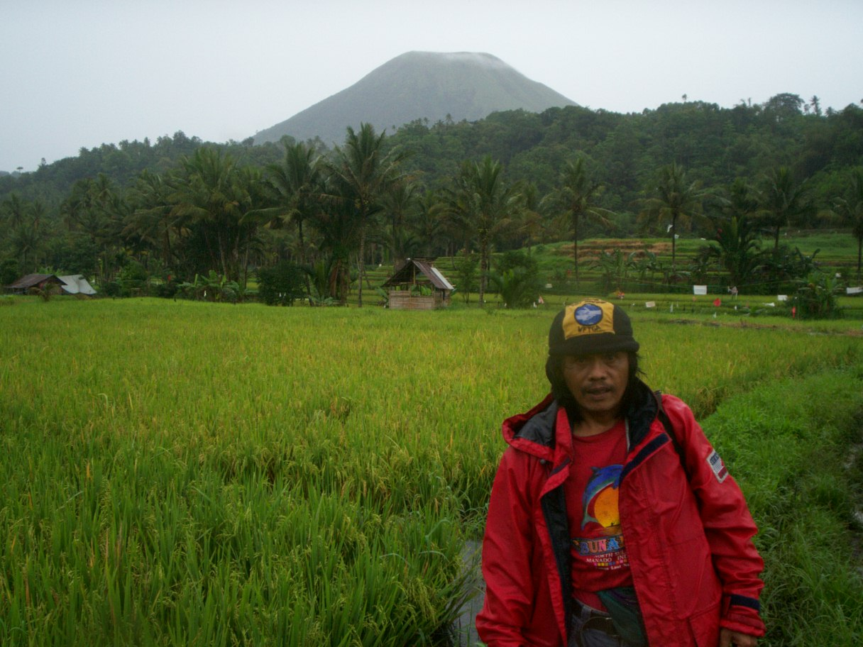 tomohon ricefield cross county trekking tour