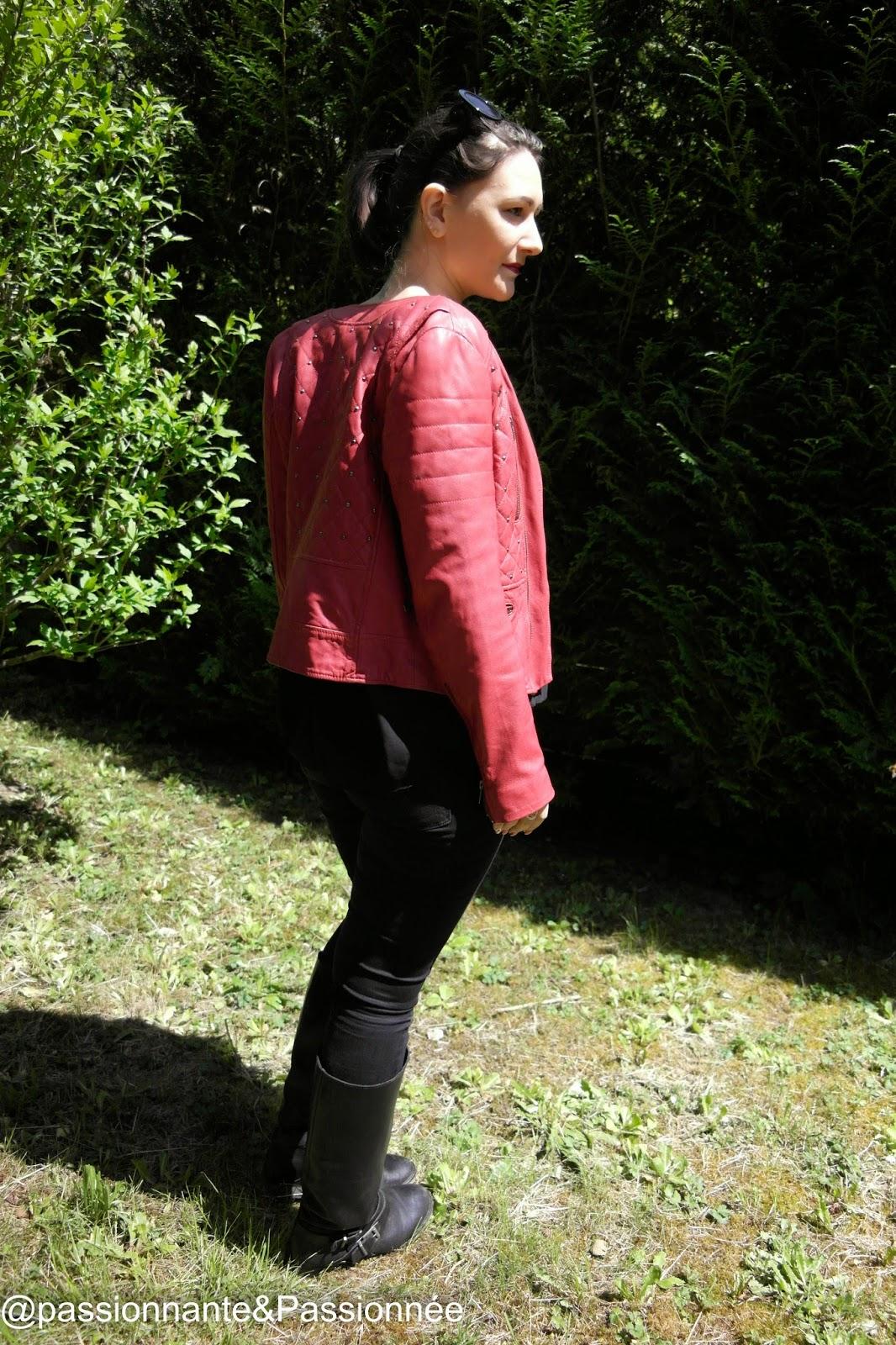 veste en cuir rouge clouté