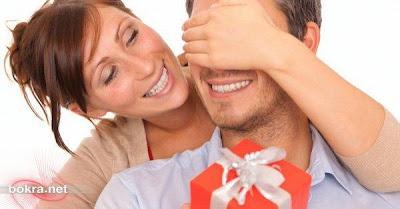 couple_love_present_gift_woman_man_in_love - حركات يحبها الرجال وتغفل عنها النساء