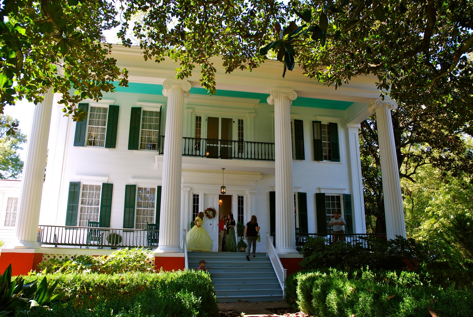 The french hutch historic home tour white columns for Plantation columns