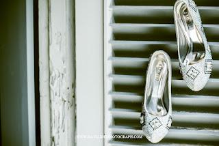 foto sepatu yang akan dipakai pengantin perempuan