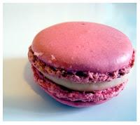 un macaron rosa