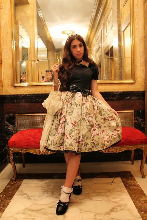 Lessie Snape looks lovely in her handmade OP dress for this classic lolita coordinate!