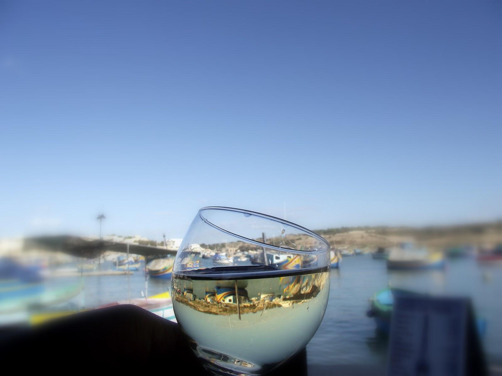 Copa de vino blanco con el mar Mediterráneo
