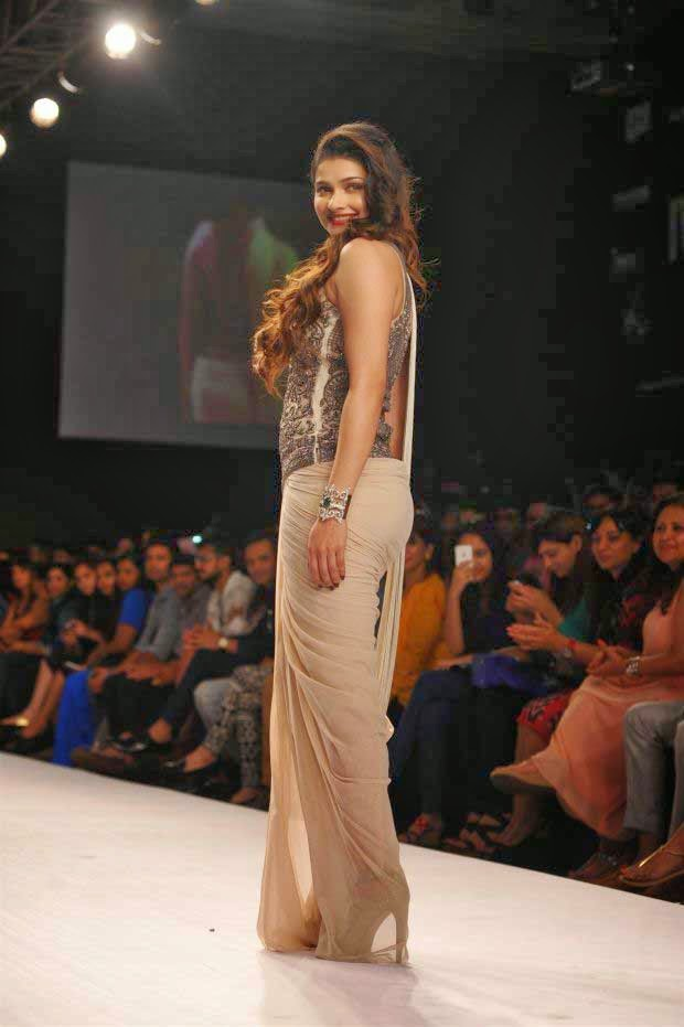 Prachi Desai showcases a creation by Sonaakshi Raaj