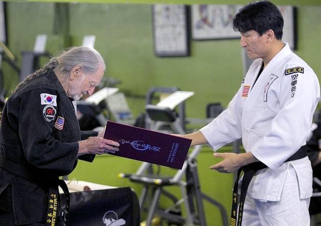 Willie Nelson awarded 5th degree black belt