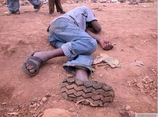 2013 08 23 214755 Kerana Kemiskinan Orang Afrika Buat Selipar Dari Tayar