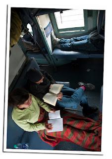 Chicas viajando solas en tren por india