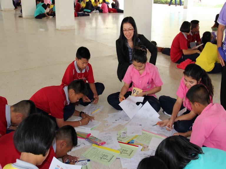 ครูพวงเพชร  ห้องสมุดโรงเรียนเมืองเชลียง